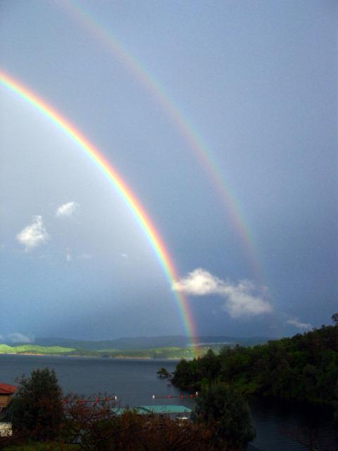 空を美しく彩った二重の虹の写真いろいろ1